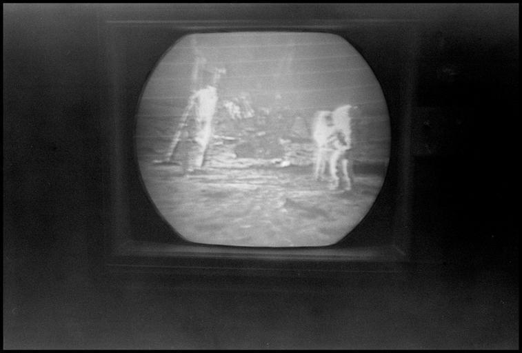 Stará televízia, čiernobiely obraz.jpg