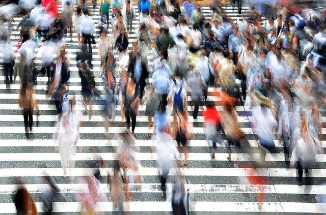 Ľudia v pohybe na prechode pre chodcov.jpg