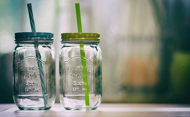 Dva sklenené poháre so slamkami na linke.jpg